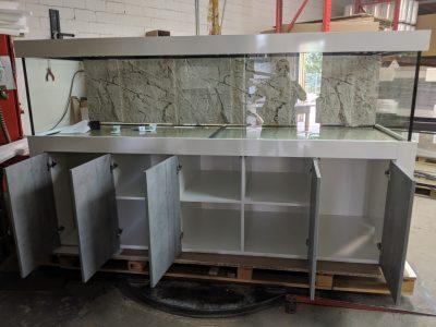 Aquarium-Kombination-Admiral-Beton-Woodcon-Diamant-geschliffen-Floatglas-Sonderanfertigung-Friedeberg-Rückscheibe-schwarz-lackiert